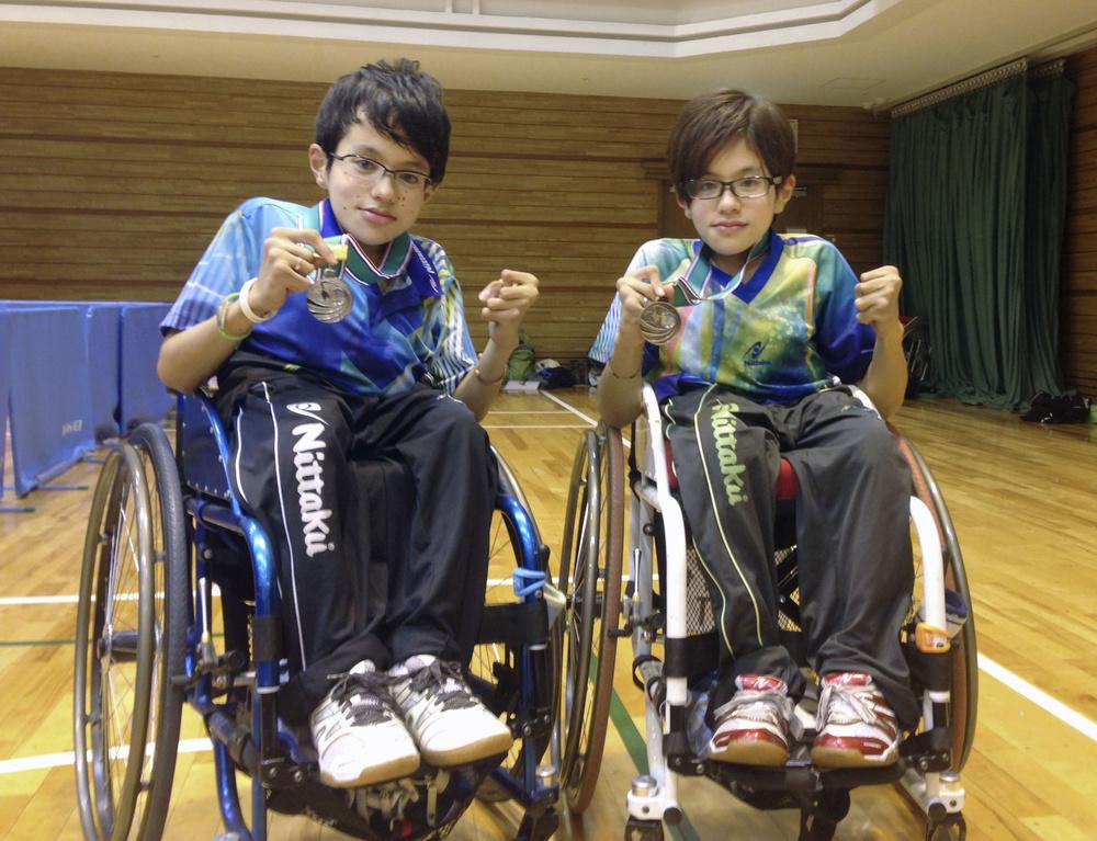 土井健太郎選手(右)と亡くなった双子の弟、康太郎さん=2014年
