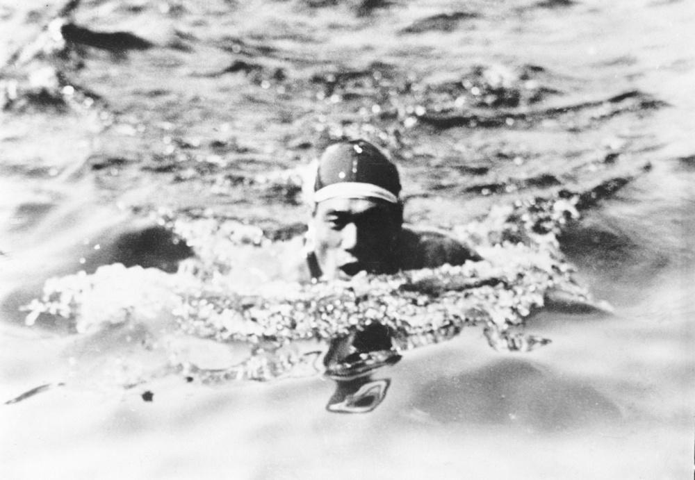 1928年アムステルダム五輪競泳男子200㍍平泳ぎで優勝した鶴田義行。競泳で日本人初の金メダリストとなった