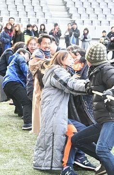 サポーターと一緒に綱引きするAC長野の選手たち