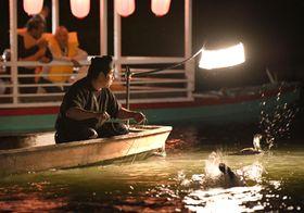再開した福岡県朝倉市・原鶴温泉の「鵜飼い」=20日夜