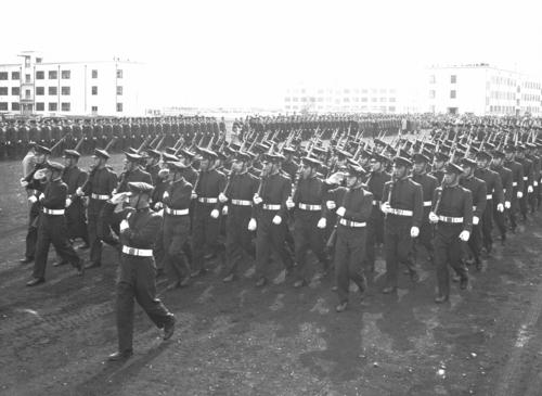 分列行進する防衛大の学生たち=1957年、神奈川県横須賀市