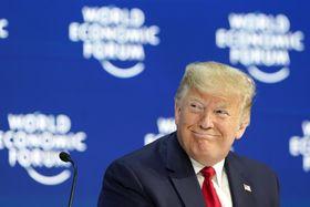 笑顔を見せるトランプ米大統領=21日、スイス・ダボス(AP=共同)