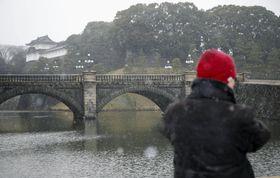 雪が舞う皇居・二重橋付近=22日午前