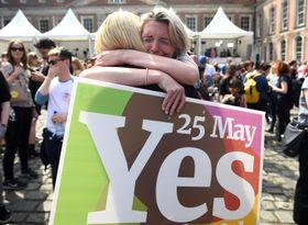 26日、アイルランド・ダブリンで、人工妊娠中絶を巡る国民投票結果を喜ぶ人たち(ロイター=共同)