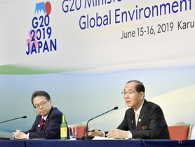 G20エネルギー・環境相会合後の記者会見で、質問に答える原田環境相。左は世耕経産相=16日午後、長野県軽井沢町