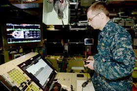 米原子力潜水艦「コロラド」で、ゲーム機のコントローラーを使い潜望鏡を操作する乗組員=2日(米海軍提供・共同)