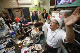 大阪市生野区の立ち飲み店「チング」で、スコットランド戦を観戦し、日本のトライを喜ぶ高柄烈さん(右手前)ら=13日夜