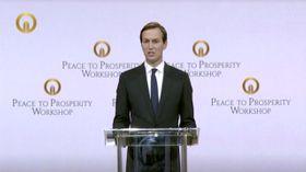 25日、バーレーンの首都マナマで、パレスチナへの経済支援に関する国際会議で演説するクシュナー米大統領上級顧問(ロイター=共同)