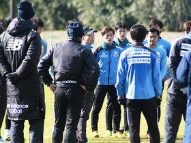 練習後、集まった選手たちに話をする大木監督(中央)=岐阜市北西部運動公園
