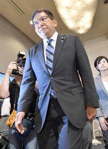 新潟選挙区で落選し、厳しい表情で支持者らにあいさつに向かう自民党の塚田一郎氏=21日深夜、新潟市内のホテル