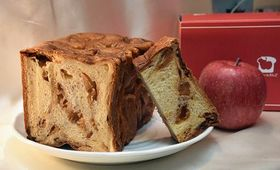 リンゴがふんだんに練り込まれた「ずっしり贅沢りんご食パン」