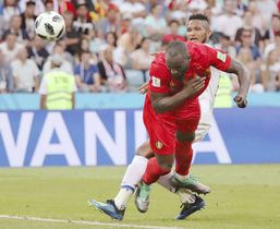 ベルギー―パナマ 後半、ヘディングで2点目のゴールを決めるベルギーのルカク(手前)=ソチ(ロイター=共同)