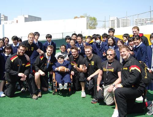 川崎市富士見中学校の生徒たちと交流するドイツ代表の選手たち=11日、川崎富士見球技場
