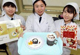 さんじゅーろーの顔に見立てた「猫ラテ」(お盆右)と黒米ロールケーキのセット。「お城カフェ」では、ラテの代わりに高梁紅茶とのセットも提供する
