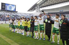 尚志を下して決勝進出を決め、応援席前で喜ぶ青森山田イレブン=埼玉スタジアム
