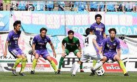 ゴール前に集まり、堅い守りを見せる青山(左から2人目)やGK林(同3人目)ら広島の選手たち(4月21日の鳥栖戦)
