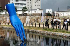 尼崎城の白壁と青い手の対比が面白い、久保寛子さんの「やさしい手」=尼崎市北城内