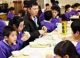 南さん(左から3人目)と食事を楽しむ児童=鷹栖小学校