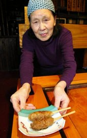 とろろ庵四季で提供される特製のたれがついた円ちゃん棒。現在、店舗で常時食べられるのはこの1店舗のみになっている=関市下有知で