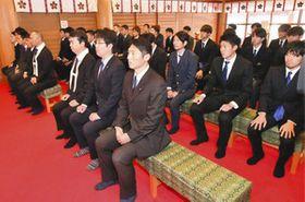 必勝祈願祭に臨むカターレ富山の選手やスタッフ=富山市の日枝神社で