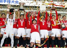 7度目の優勝を果たし、天皇杯を掲げて喜ぶ柏木(中央)ら浦和イレブン=埼玉スタジアム
