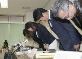 兵庫県尼崎市立尼崎高の体罰問題で謝罪する稲村和美市長(右から3人目)ら=21日午後、尼崎市