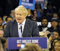 11日、ロンドン東部での集会で保守党支持者らを前に話すジョンソン英首相(共同)