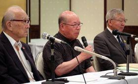 被団協総会後の会見で米朝首脳会談について語る田中重光代表委員(中央)=東京都内のホテル