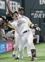 5回、決勝の2ランを放ちポーズを決めるソフトバンク・松田宣。奥はデスパイネ=ヤフオクドーム