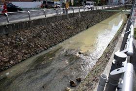 水が白く濁った津門川=5日午前、西宮市北昭和町(撮影・風斗雅博)