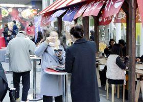 「麺屋ガスト」の一日限定屋台で徳島ラーメンを味わう来訪者ら=東京都渋谷区