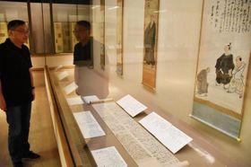 与謝蕪村の貴重な手紙などが並ぶ特別展=伊丹市宮ノ前2