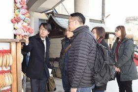 女性に人気の観光スポットになっている円満寺を見学する香港の旅行会社の担当者ら=24日午前、松山市