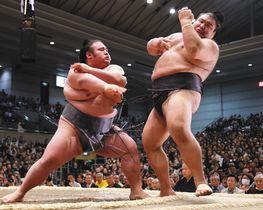 貴景勝(左)は高安を押し出しで破る