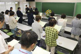矢吹恵さんの追悼礼拝に参加した同級生ら=20日午後、東京都町田市の私立桜美林高校