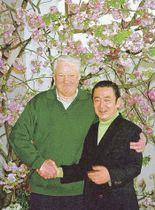 満開の桜の下、橋本龍太郎首相(右)と握手を交わすロシアのエリツィン大統領=1998年4月、伊東市川奈