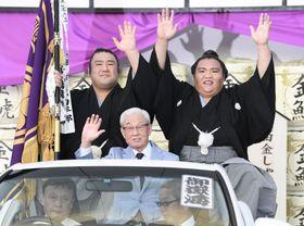 大相撲名古屋場所で初優勝を果たし、パレードで手を振る関脇御嶽海(右)=22日、名古屋市のドルフィンズアリーナ
