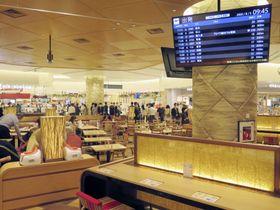 全面改装した大阪空港ターミナルビル=5日午前