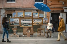 イタリア北部ベネチアに展示された絵。ソーシャルメディアの動画から。(INSTAGRAM@BANKSY提供、ロイター=共同)