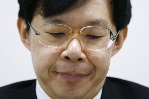 記者会見で辞任を表明し、厳しい表情を見せる日本将棋連盟の谷川浩司会長=18日午後、東京都渋谷区