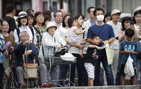 滋賀県近江八幡市の街頭演説に集まった人たち=18日午後