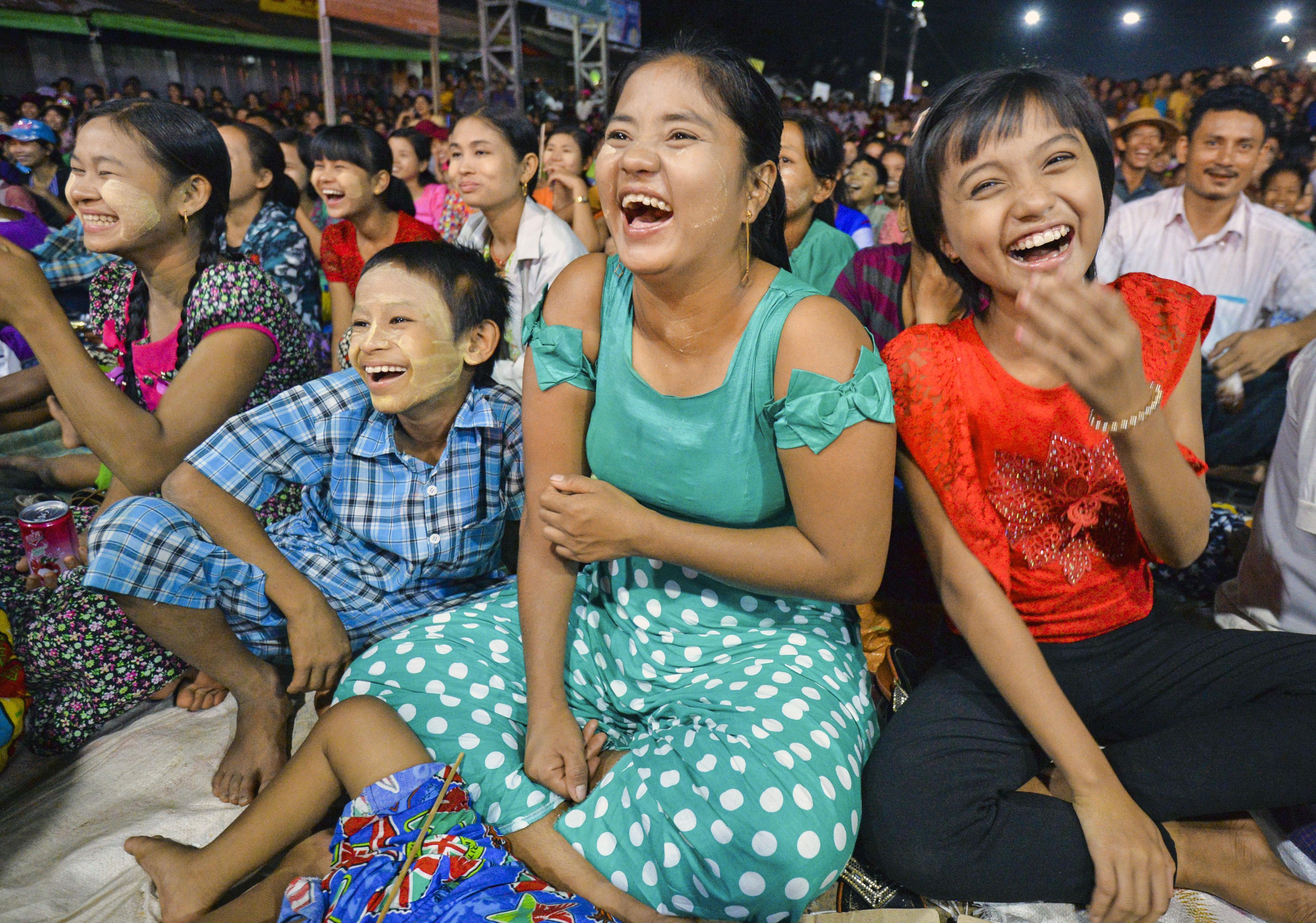 ミッターたちの演じるコントに大喜びの観客。普段は静かな田舎町に深夜まで笑い声が響いた=ミャンマー・ダイウー(撮影・村山幸親、共同)