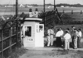 埼玉県狭山市の米軍ジョンソン基地内で行われたロングプリー事件の現場検証=1958年9月