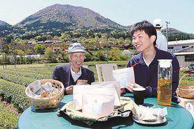 キクイモを使ったブレンド茶を考案した池田理葵さん(右)と大庭勇さん=島根県津和野町直地、秀翠園
