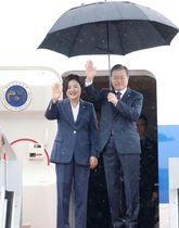 米ニューヨークに出発する韓国の文在寅大統領夫妻=22日、ソウル空港(聯合=共同)