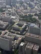 霞が関の官庁街(手前)と首相官邸(左奥)=東京都千代田区