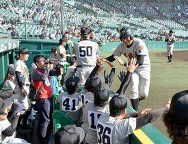 得点を挙げて喜ぶ多良木高OBチームのベンチ=10日、兵庫県西宮市