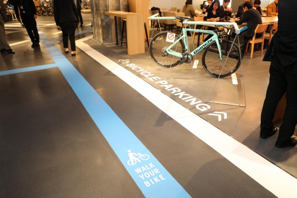 ⑧駅ビルの床にペイントされた「青い線」