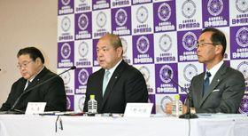 貴乃花親方の理事解任を決議した臨時理事会の終了後に記者会見する日本相撲協会の八角理事長(中央)。左は鏡山危機管理部長、右は危機管理委員会の高野利雄委員長=28日午後、東京・両国国技館