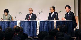 JR北海道の不採算路線見直し問題について議論する島田修社長(右端)、高橋はるみ北海道知事(左端)ら=17日午後、札幌市